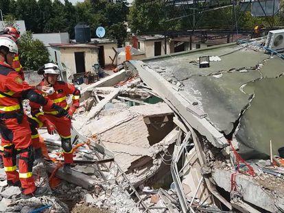 Rescatistas españoles en un edificio colapsado en la capital mexicana.