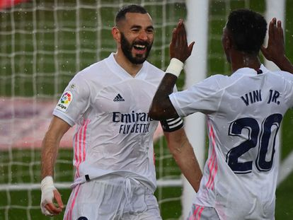 Karim Benzema (a la izquierda) celebra con Vinicius el segundo gol al Eibar.
