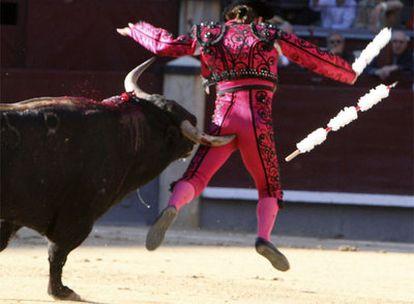 El banderillero El Ruso, corneado por el toro <i>Sombrerero</i> en la novillada de la Feria de San Isidro.
