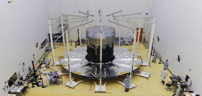 Último ensayo de despliegue del gran parasol del telescopio Gaia, en la base espacial de Kourou, en Guyana francesa, antes del lanzamiento.