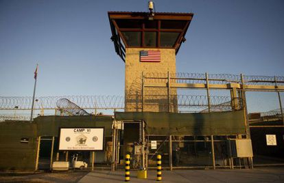 Puerta de entrada al Campo 6 de la prisión de Guantánamo.