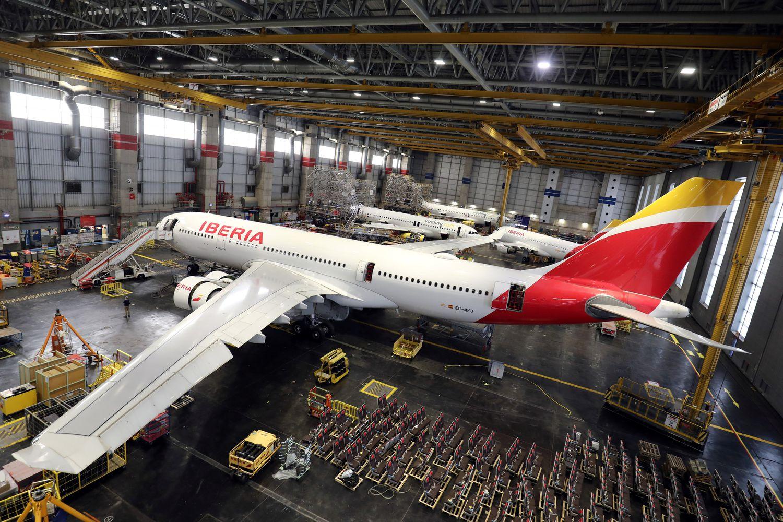 Un Airbus 330 de Iberia en el hangar de la compañía en Madrid.