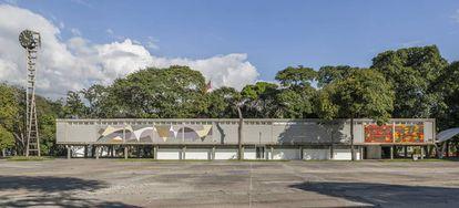 El reloj de la entrada a la Ciudad Universitaria, también de hormigón, fue llevado a cabo por los ingenieros Juan Otaola Paván y Óscar Benedetti, los mismos que desarrollaron los corredores cubiertos.  