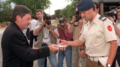 Jon Idigoras se identifica con el DNI a su llegada a La Zarzuela.