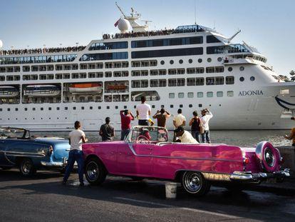 Ciudadanos cubanos aguardan la llegada del crucero Adonia en La Habana.