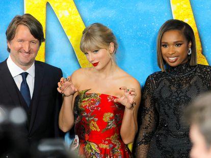 Tom Hooper, Taylor Swift y Jennifer Hudson en el estreno de 'Cats'.