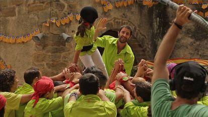 Dani Rovira realizando un castell en el rodaje de la segunda parte de la película 'Ocho apellidos vascos'.