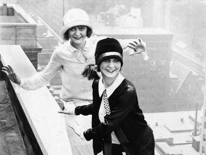 Dos mujeres bailan charlestón en la terraza del hotel Sherman, en Chicago, en 1926.