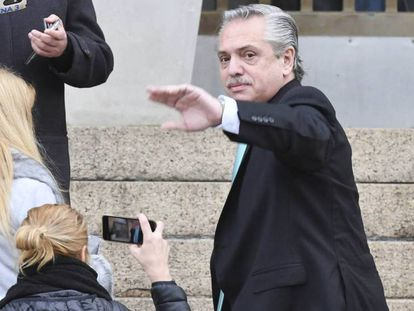 Alberto Fernández ingresa a los tribunales federales de Buenos Aires para declarar en una causa contra Cristina Fernández de Kirchner.