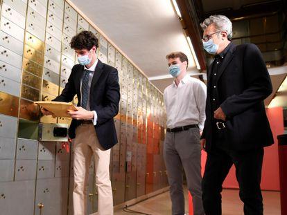 Los nietos del cineasta Luis García Berlanga, Fidel (izquierda) y Jorge García Berlanga (centro), y el presidente de la Academia del Cine, Mariano Barroso, en la apertura de la caja 1.034 de la Caja de las Letras.