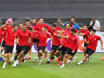 Los jugadores del Sevilla, en el entrenamiento previo a la gran final de la Europa League en Colonia ante el Inter.