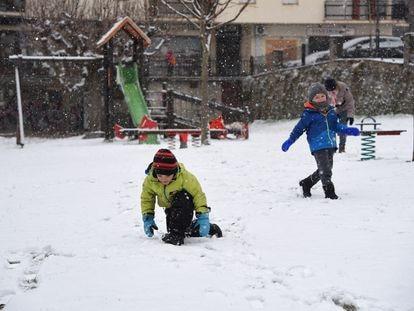Dos niños juegan en la nieve fruto de la borrasca Filomena, en Sort, Lleida, Cataluña (España).