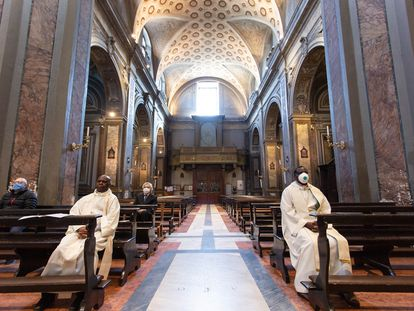 Curas y fieles, en el santuario de Santa Maria di Galloro, en Aricci (Italia) el 26 de abril.
