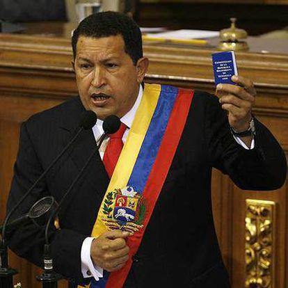 Chávez muestra un ejemplar de la Constitución durante su intervención en la Asamblea Nacional.