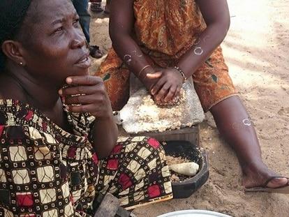 Mujeres preparando attieké en Jacqueville, Costa de Marfil / Foto: Ángeles Jurado