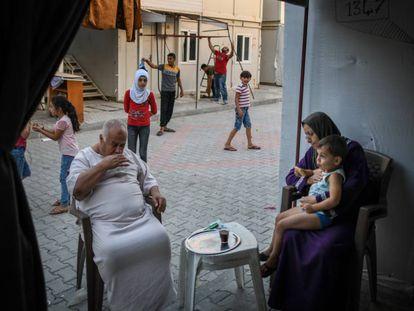 Una familia siria a las puertas de su vivienda en Hatay (Turquía) el pasado 16 de septiembre.