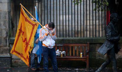 Un partidario del sí tras conocer el resultado, el viernes en Edimburgo