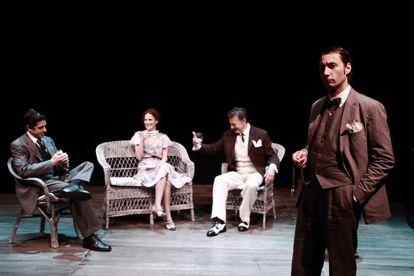 Raúl Fernández en primer plano junto al resto de actores del elenco de Tres Años.