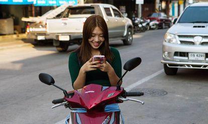 Una mujer usa el móvil en Tailandia el viernes pasado.
