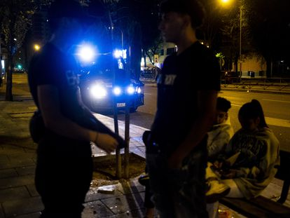 Grupo de jóvenes reunidos a la entrada del parque de la Vaguada, en el barrio del Pilar, donde el dispositivo policial ha impedido que se realice botellón.