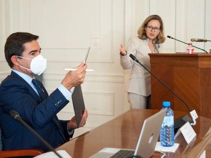 Carlos Torres, presidente del BBVA, con Nadia Calviño, vicepresidenta segunda, en las jornadas de la APIE en Santander.