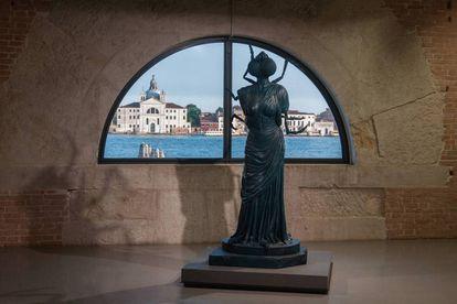 Una de las esculturas de la exposición de Damien Hirst en Venecia (Italia).