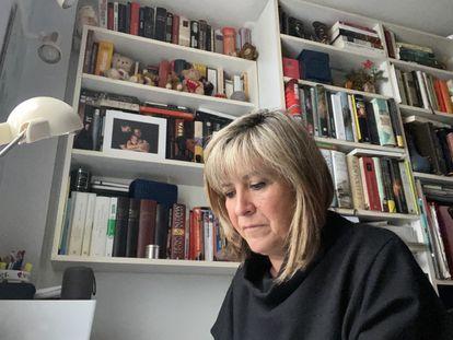 Nuria Marin, alcaldesa de l'Hospitalet, trabajando en su casa.