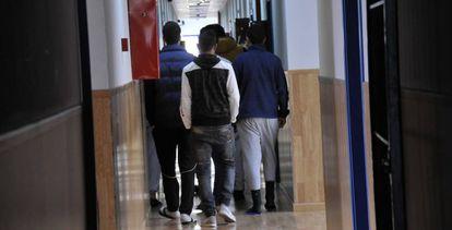 Un grupo de menores en el centro de realojo temporal de La Esperanza, en Ceuta.