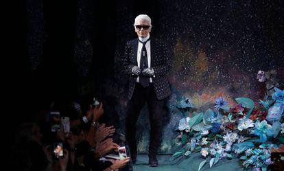 Karl Lagerfeld en el desfile de la colección otoño/invierno 2017-2018 de Fendi, en París.