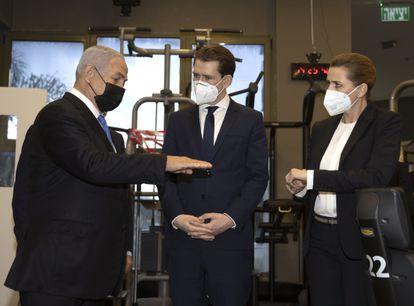Netanyahu muestra un gimnasio solo para vacunados  al canciller austriaco, Sebastian Kurz (centro), y a la primera ministra danesa, Mette Frederiksen, este jueves en Modiin.