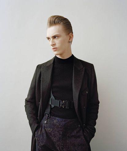 El 'look' de la nueva colección de Kim Jones para Dior se podría definir entre cibernético y sastre.