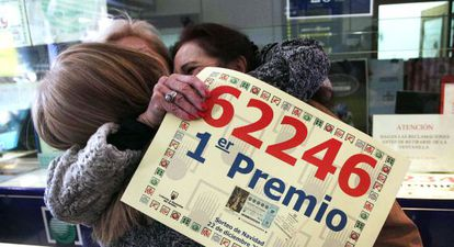 Tres mujeres celebran el premio Gordo de la Lotería Nacional de 2013 en Leganés (Madrid).