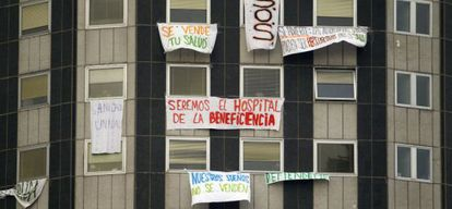 Carteles de protesta en el hospital de La Paz.