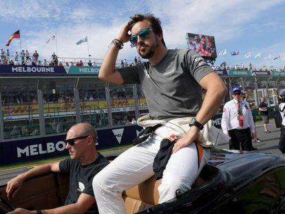 Fernando Alonso, en el desfile de los pilotos antes de la carrera de Australia.