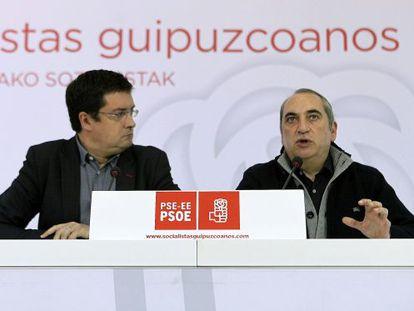 Óscar López, a la izquierda, e Iñaki Arriola en el acto de los socialistas en San Sebastián.