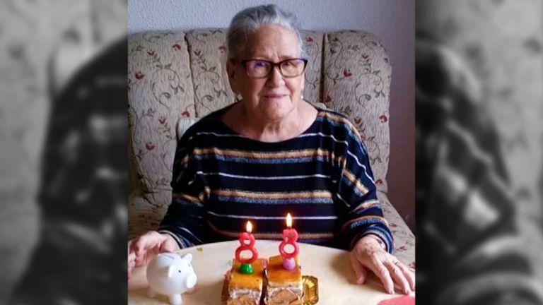 María Dolores Agenjo durante su cumpleaños este 14 de mayo. Durante más de un mes el Hospital Rey Juan Carlos rechazó su derivación, según su hija.