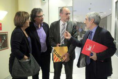 El portavoz parlamentario de IU, Gaspar Llamazares, conversa con los portavoces de ICV y ERC, Nuria Buenaventura y Joan Ridao y el diputado de este último grupo Joan Tardá.