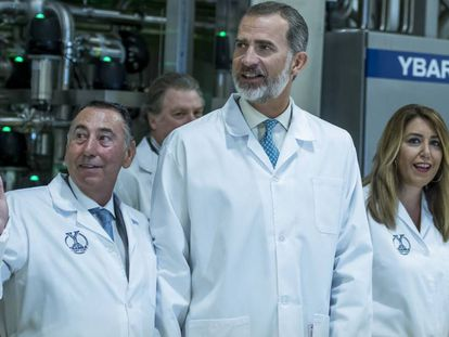 El rey Felipe VI, junto a Susana Díaz y Antonio Gallego en la visita a la fábrica de Ybarra.
