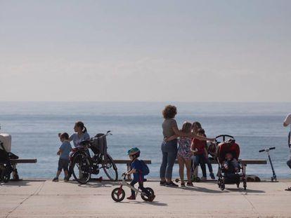 Varias familias, este domingo en la playa de Barcelona.
