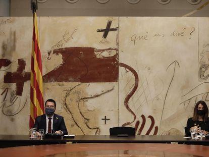 El 'president' suplente Pere Aragonès (izq.) y la consejera Meritxell Budó (der.) flanquean la silla donde se sentaba el 'expresident' Quim Torra