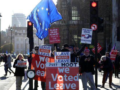Manifestantes favorables y contrarios al Brexit, este lunes en Bruselas.