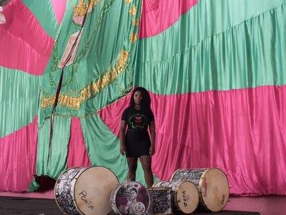 Squel Jorgea Ferreira Vieira, abanderada de la escuela de samba de Mangueira, posa en la sede de la agrupación, en Río de Janeiro, el sábado de Carnaval.