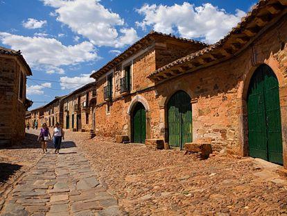Varias personas pasean por Castrillo de los Polvazares (León).