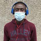 """Hubo una época en la que Buba Camara, un chico de Gambia de 21 años, hacía la misma pregunta todos los días tras desembarcar en Gran Canaria. """"¿Cuándo voy a poder ir a la Península?"""". Ha pasado un año y dos meses y Camara ya ha transitado por cuatro centros de acogida de emergencia. Se ha cansado de insistir tanto, pero cada semana vuelve a la carga. La respuesta sigue siendo la misma: """"Es el Gobierno el que decide""""."""