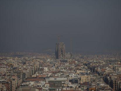 Vista de Barcelona en una jornada con elevados niveles contaminación.