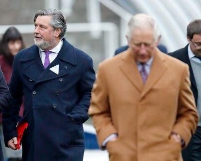 Michael Fawcett, exsecretario personal de Carlos de Inglaterra, camina detrás del heredero en un evento en Ascot celebrado en noviembre de 2018.