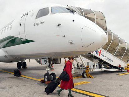 Una azafata embarca un avión de la aerolínea italiana Alitalia en el aeropuerto de Milán.