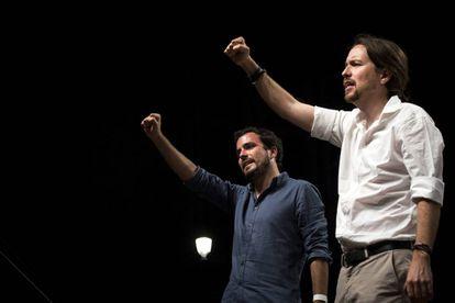 Alberto Garzón (izquierda) y Pablo Iglesias, durante el acto organizado por Unidos Podemos en la noche electoral del 26-J.
