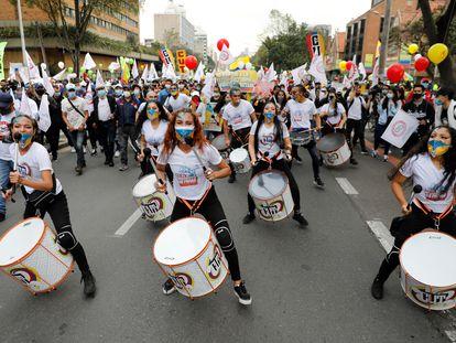 Una batucada en la jornada de manifestaciones en Colombia convocada en todo el país para rechazar la reforma tributaria del Gobierno.