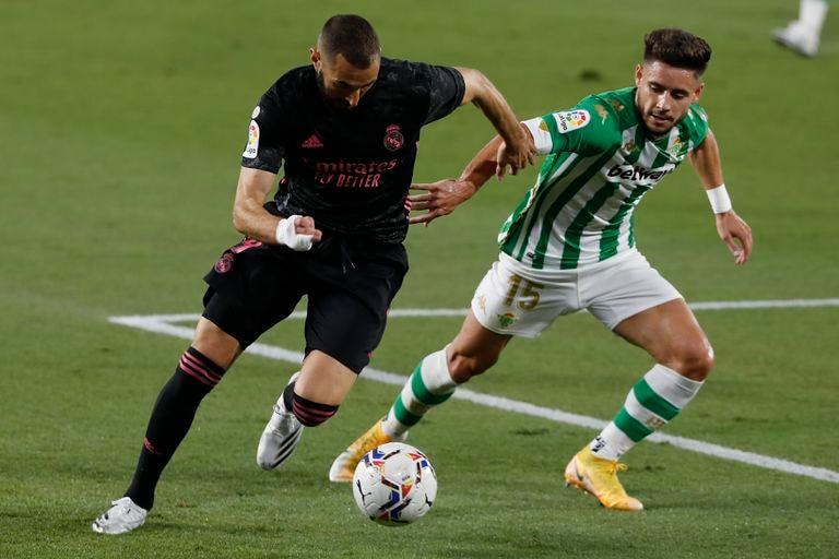 Benzema trata de regatear a Álex Moreno este sábado en el partido entre el Betis y el Real Madrid en el Benito Villamarín.
